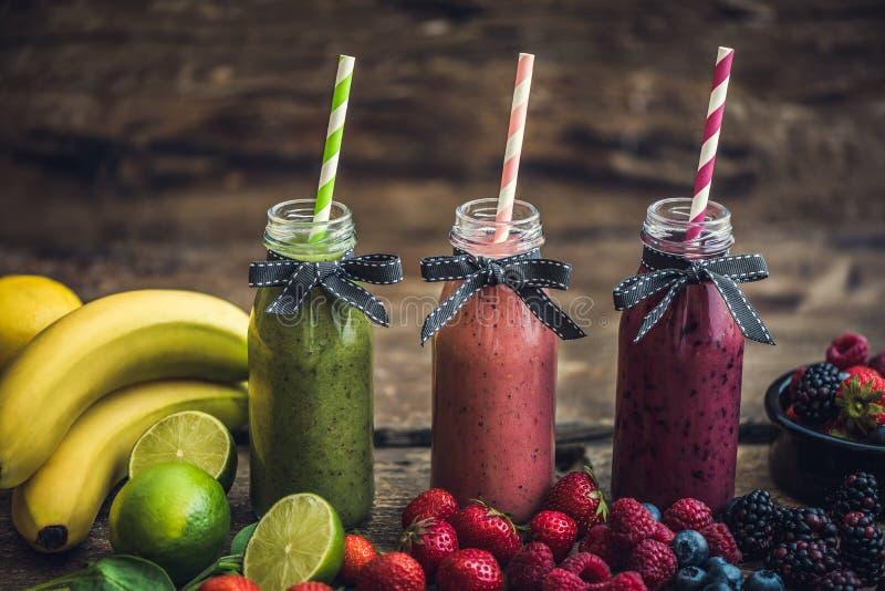 Vers Smoothies en Fruit royalty-vrije stock afbeeldingen