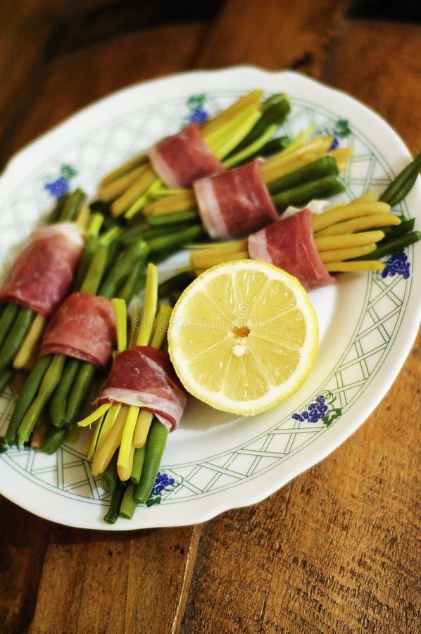 Vers snijbonen en bacon stock foto