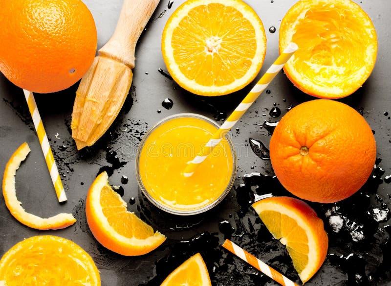 Vers squezeed jus d'orange over zwarte achtergrond royalty-vrije stock afbeeldingen