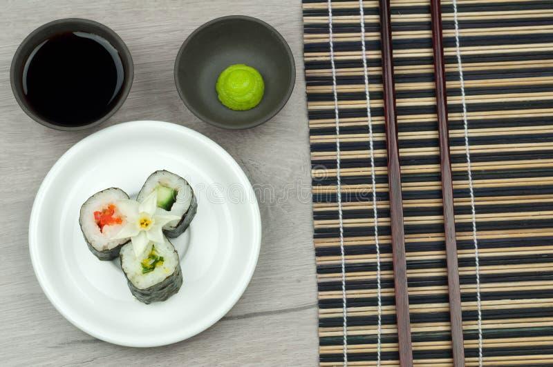 Vers sushibroodje met wasabi en sojasaus. stock afbeelding