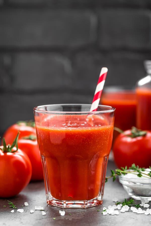 Vers tomatesap in glas Plantaardige drank stock fotografie