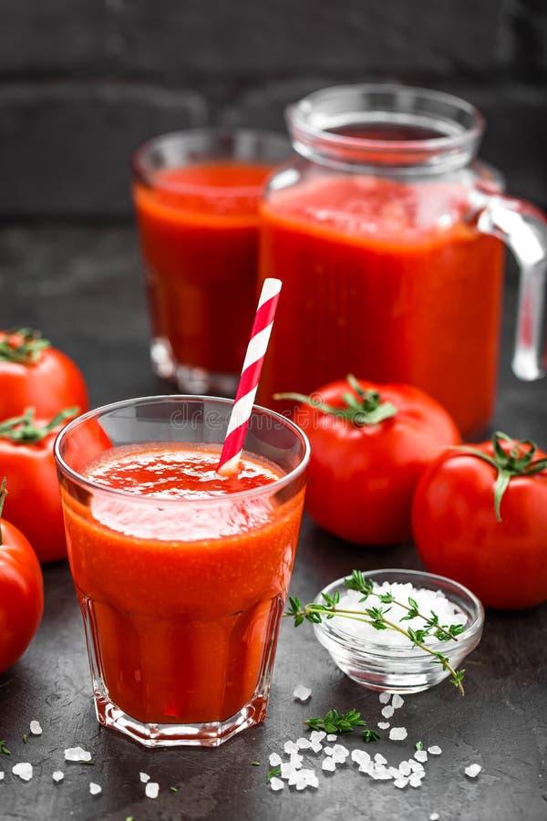 Vers tomatesap in glas Plantaardige drank stock afbeelding