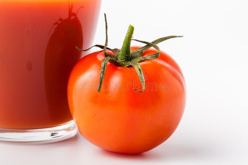 Vers tomatesap in glas Plantaardige drank van organische natuurlijke tomaat royalty-vrije stock afbeelding