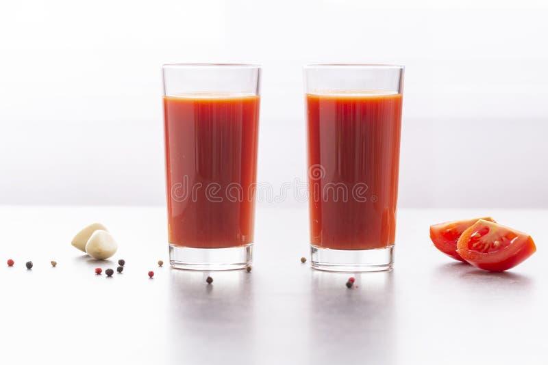 Vers tomatesap met peterselie en kruiden Glazen met tomatesap en verse tomaten op een lijst stock fotografie