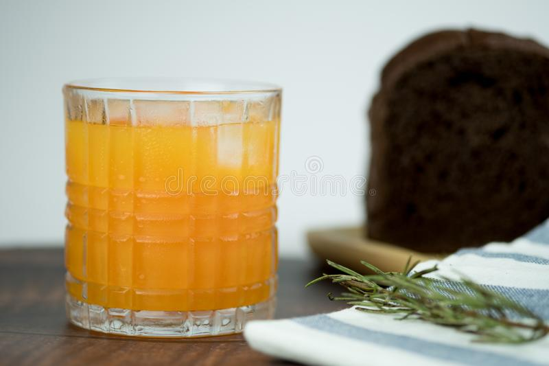 Vers van jus d'orange met ijs stock foto's