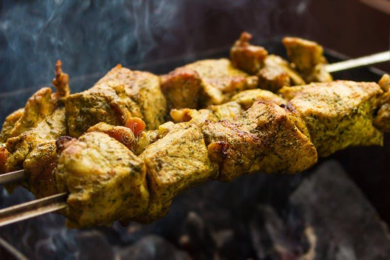 Vers varkensvlees bbk vlees die in openlucht koken stock fotografie