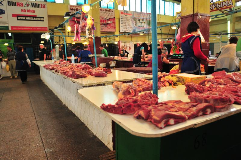 Vers vlees die bij de markt van Simferopol worden verkocht De Krim, de Oekraïne royalty-vrije stock foto