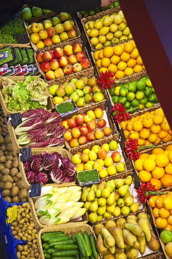 Vers voedsel dat bij de markt wordt aangeboden royalty-vrije stock afbeeldingen