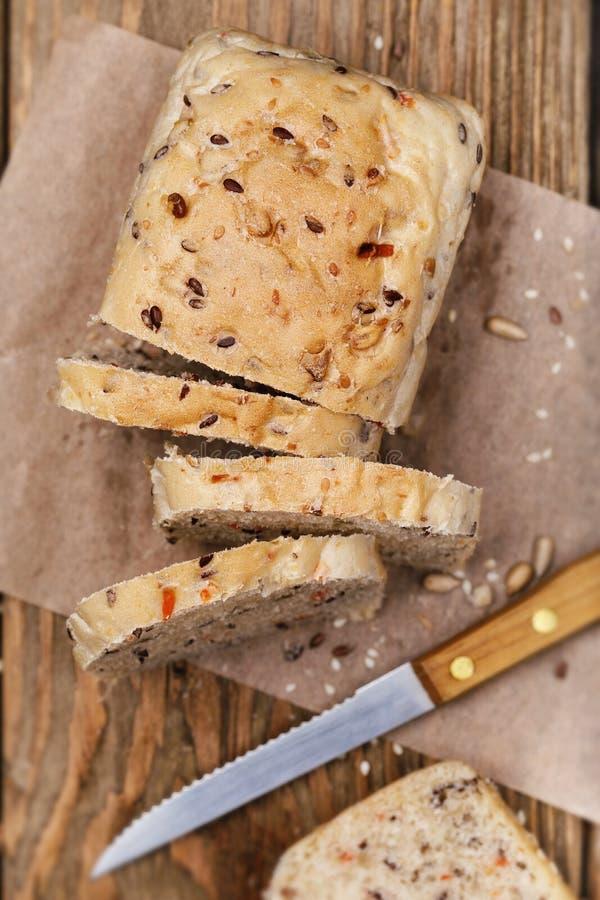Vers voorbereid brood, besnoeiing in plakken met zaden van vlas stock afbeelding