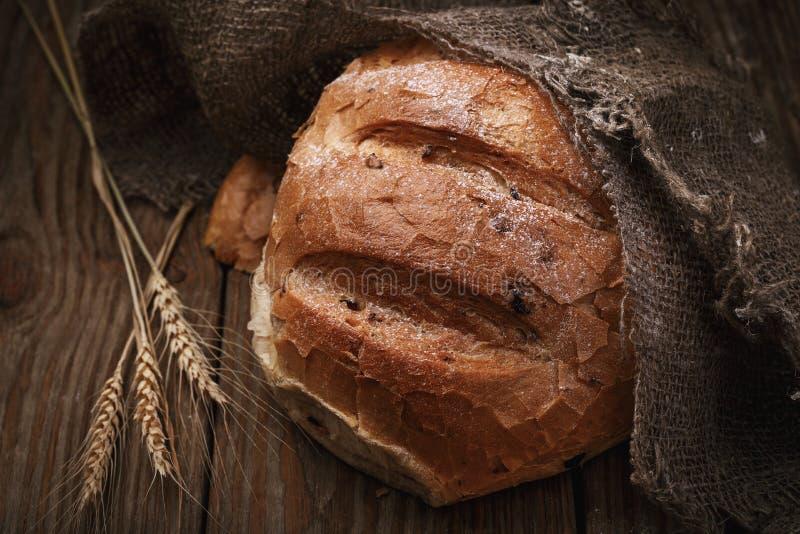 Vers voorbereid kruidig brood op een houten lijst stock afbeelding