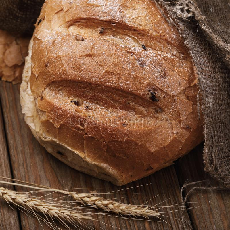Vers voorbereid kruidig brood op een houten lijst stock foto's