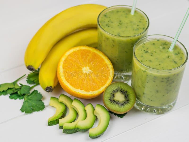 Vers voorbereidingen getroffen smoothie van avocado, banaan, peterselie, citroen, sinaasappel en kiwi op een houten rustieke lijs stock fotografie