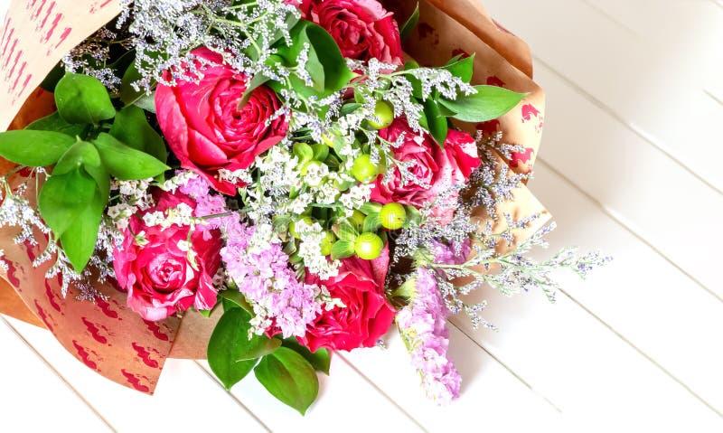 Verjaardag Bloemen Vrouw.Vers Weelderig Boeket Van Kleurrijke Bloemen Op Witte
