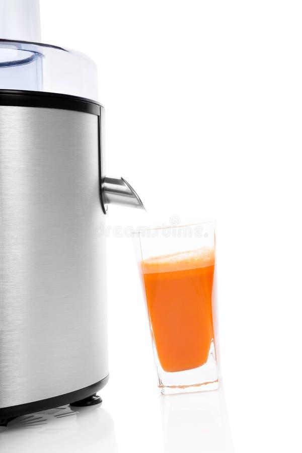 Vers wortelsap met juicer. royalty-vrije stock afbeelding