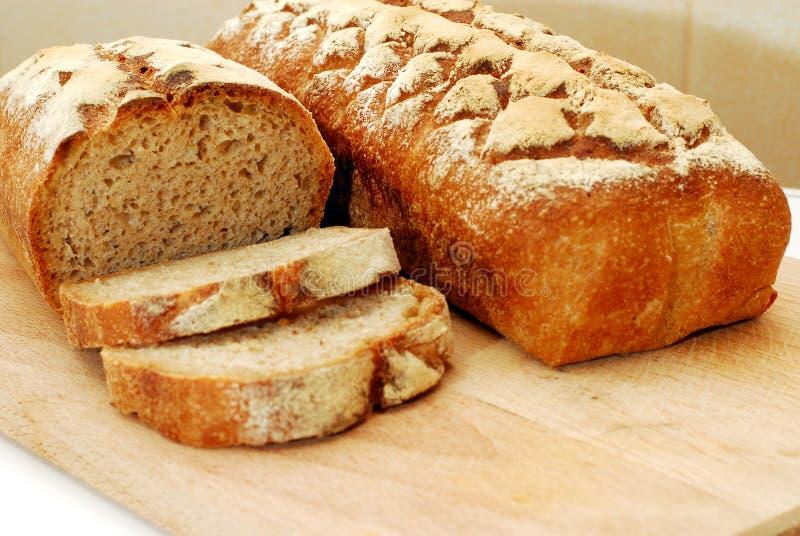Vers zuurdesem eigengemaakt brood dat op witte achtergrond wordt geïsoleerd royalty-vrije stock foto