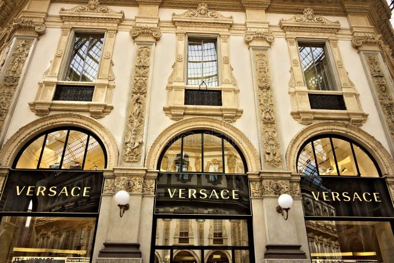 Versace-Geschäft am Galleria Vittorio Emanuele II in Mailand lizenzfreie stockbilder