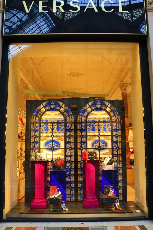 Versace shoppar lyxiga modekläder fönstret Milan Italy arkivbild