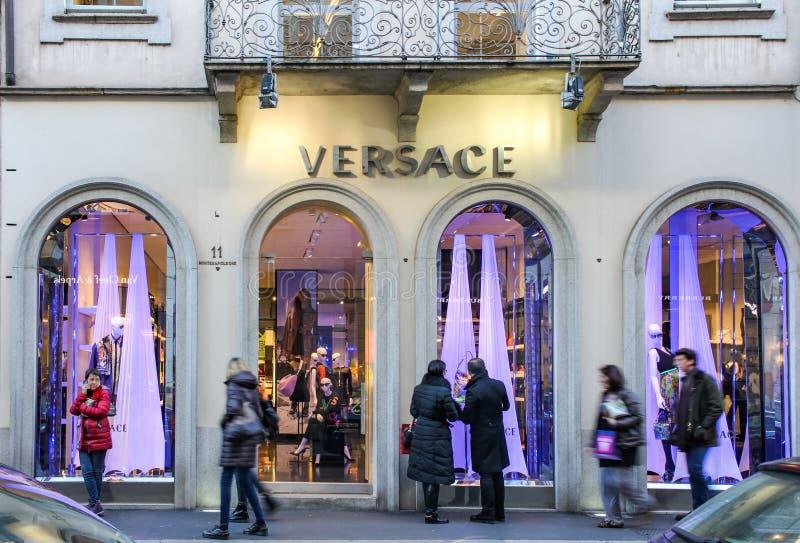 Versace wewnątrz przez Montenapoleone Mediolan fotografia stock