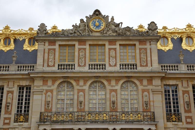 VERSAILLE FRANCIA: Balcón famoso del castillo francés de Versalles durante la Revolución Francesa con Marie Antoinette y Marquis  fotos de archivo libres de regalías