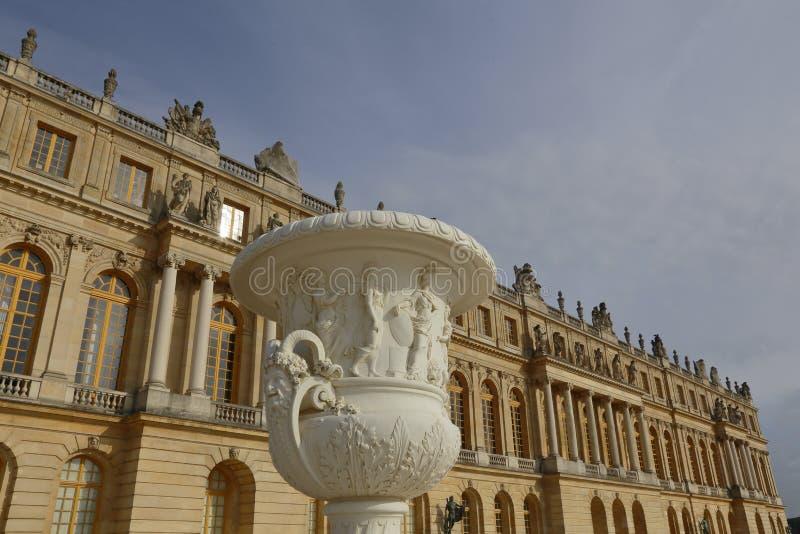 VERSAILLE FRANKREICH: Der Vase, der an Chateaude Versailles bei Sonnenuntergang mit Brunnen, der Zustand von Versaille gekennzeic stockfotos