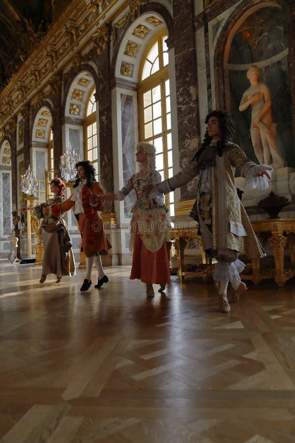 VERSAILLE FRANKREICH: Historische reenactors am Chateaude Versailles, der Zustand von Versaille waren das Haus und das Gericht vo lizenzfreie stockfotografie