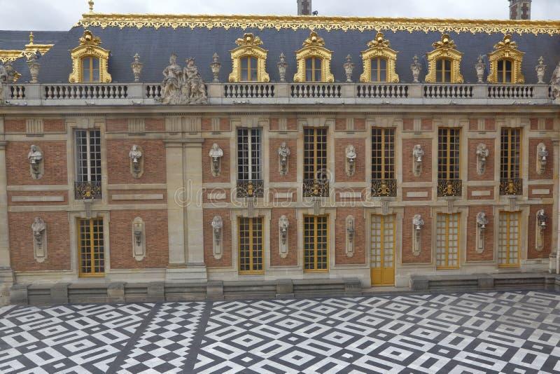 VERSAILLE FRANKREICH: Hof von Chateaude Versailles, der Zustand von Versaille-Haus von Louis XIV, Frankreich - 5. August 2015 stockfotos