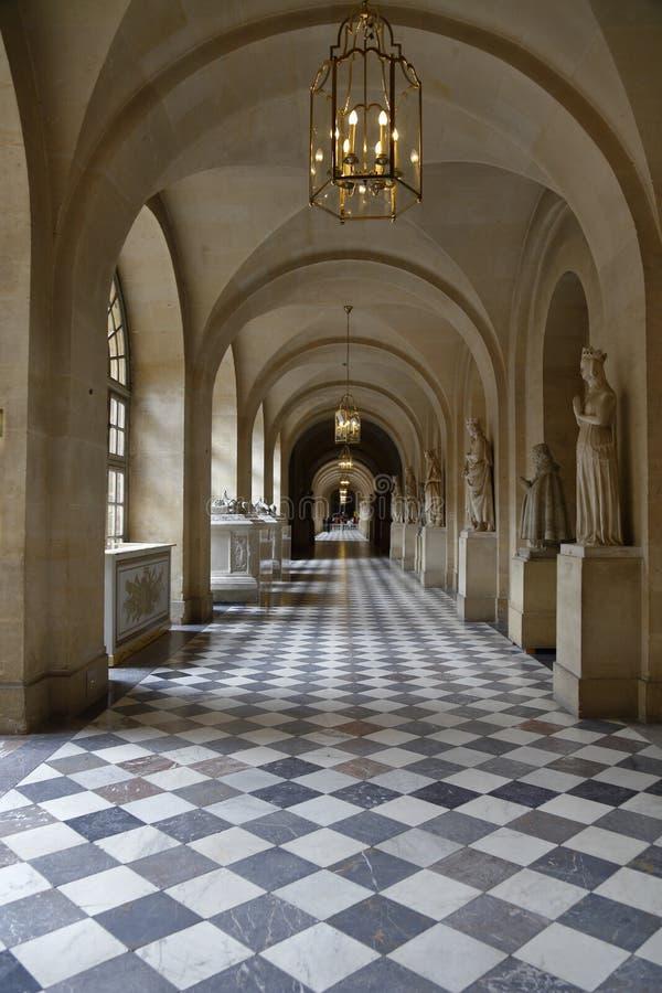 VERSAILLE FRANKREICH: Innengehweg in Hof von Chateaude Versailles, der Zustand von Versaille-Haus von Louis XIV, Frankreich - AU stockfotografie