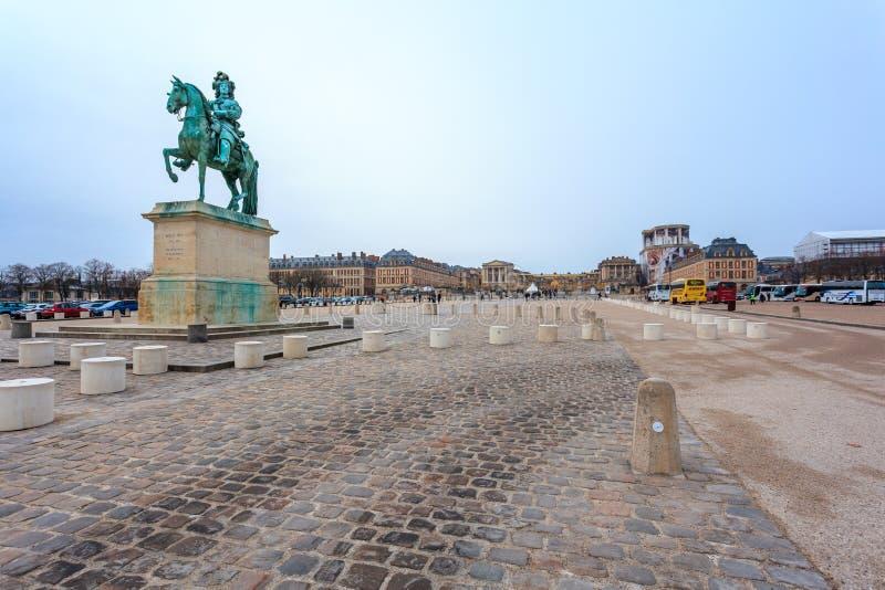 """Versailles, France - 10 01 2019 : Statue équestre de Louis XIV sur l'endroit d """"Armes devant le palais de Versailles Palais photo libre de droits"""