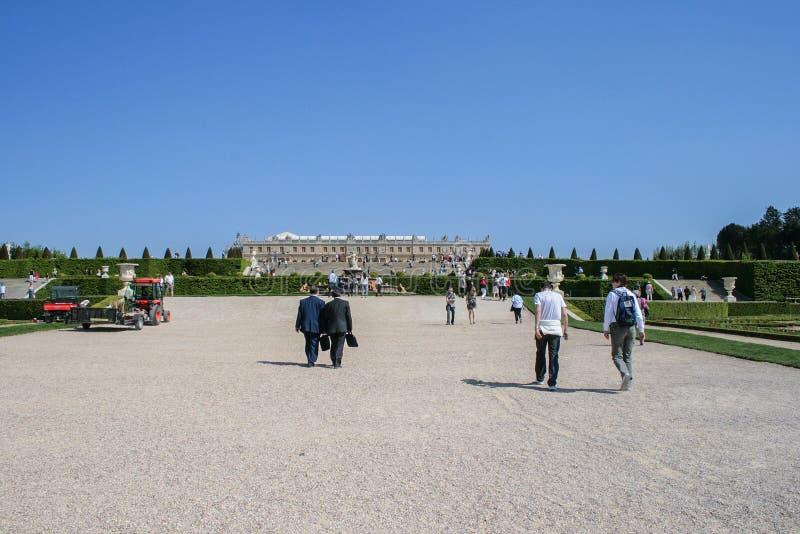 05 05 2008, Versailles, France Touristes marchant autour du parc sur le fond du palais image libre de droits