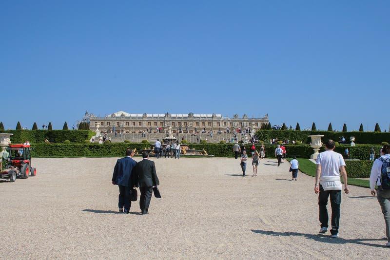 05 05 2008, Versailles, France Touristes marchant autour du parc sur le fond du palais photos stock