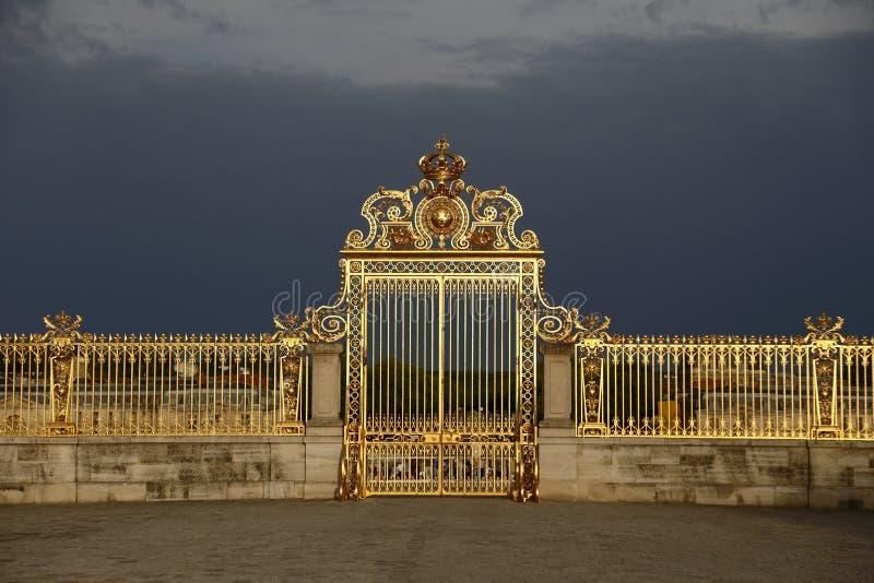VERSAILLES FRANKRIKE - Augusti 8, 2015: Huvudsakliga guld- portar av chateauen de Versailles, Versailles, Frankrike arkivbild