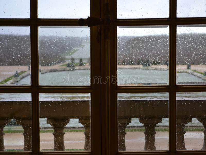 Versailles/Frankrike - Januari 05 2012: Sikt av byggnaden av slotten av Versailles och den Versailles trädgården arkivfoton
