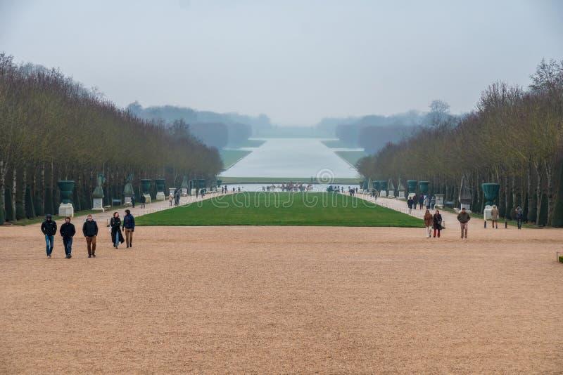 Versailles Frankrike - 19 01 2019: Slott och att parkera helheten i Frankrike Kunglig slott med härliga trädgårdar och springbrun royaltyfria bilder