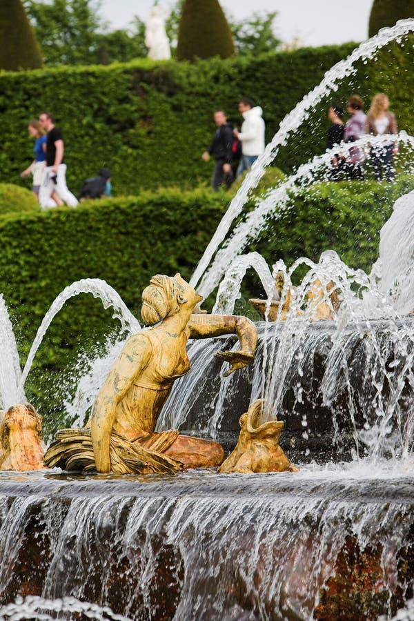 Versailles springbrunn Frankrike women_1 royaltyfri foto