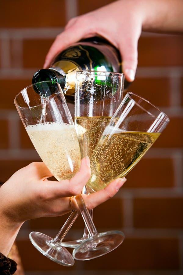 Versamento del champagne fotografie stock