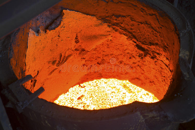 Versamento del metallo liquido fotografia stock