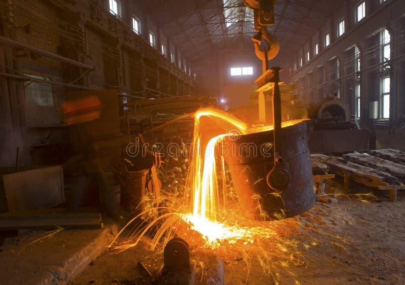 Versamento del metallo liquido fotografia stock libera da diritti