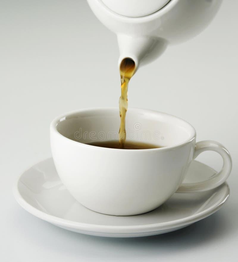 Versamento del POT del tè immagini stock