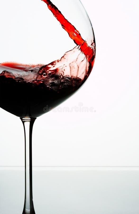 Versamento del vino fotografie stock