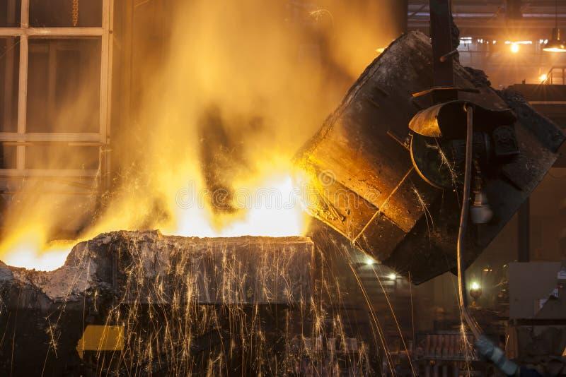 Versamento dell'acciaio fuso immagini stock libere da diritti