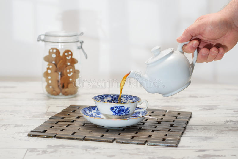 Versamento della tazza di tè fotografia stock libera da diritti