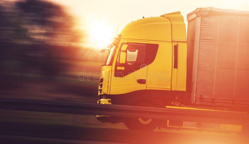 Versand-Transport durch LKW lizenzfreie stockfotos