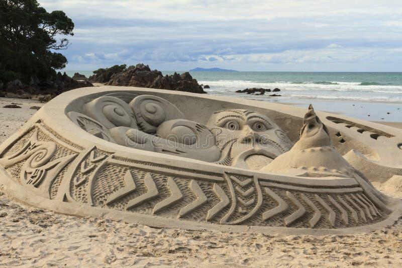 Versanden Sie Skulptur mit Maori- Bildern, Berg Maunganui, Neuseeland lizenzfreie stockfotografie