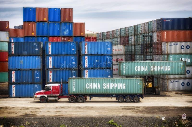 Versandverpackungen, die auf LKW laden lizenzfreies stockbild