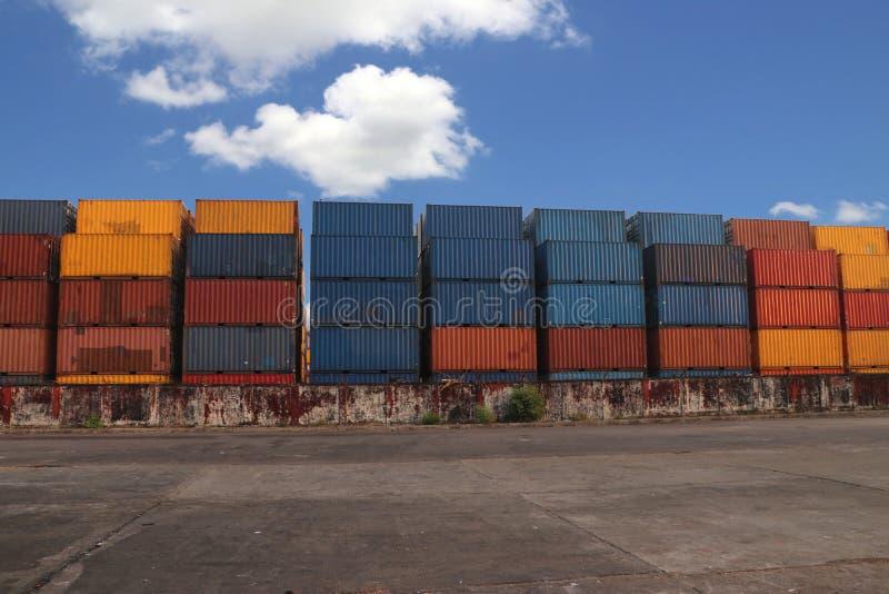 Versandverpackungen gesetzt, wie überlagert in die Speicheranlage auf Hintergrund des blauen Himmels lizenzfreie stockfotografie