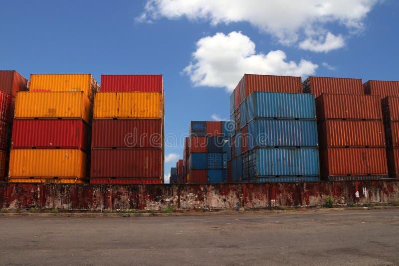 Versandverpackungen gesetzt, wie überlagert in die Speicheranlage auf Hintergrund des blauen Himmels stockbild
