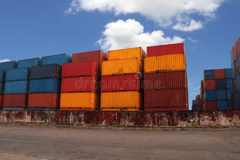 Versandverpackungen gesetzt, wie überlagert in die Speicheranlage auf Hintergrund des blauen Himmels stockfotos