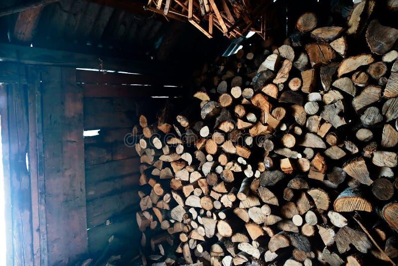 Verschütten Sie voll vom Brennholz schöne Szene des täglichen Landlebens im Winter Ökologisches Energiekonzept stockfotografie