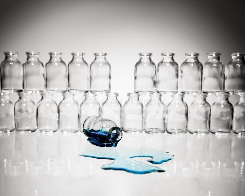 Verschüttet.werden über Flüssigkeit aus Phiole heraus stockbild