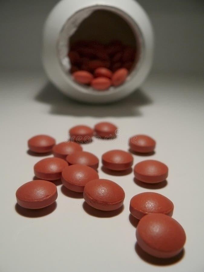 Verschüttete Pillen und Flasche stockbilder